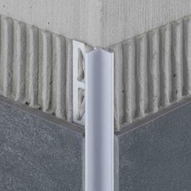 Die optisch entstehende zurückgesetzte 90° Innenecke wird in ihrem Design durch unser hochwertiges Aluminium unterstütz und wird somit zum echten Hingucker in Ihren Räumen.