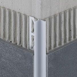 Neben der geschützten Fliesenkante entsteht durch das hochwertige Profil, das inklusive der Außenecken in silberfarbig matt und schwarz matt erhältlich ist, eine optisch zurückgesetzte 90 ° Innenecke.