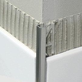 Da sich im Außenbereich nicht verhindern lässt, dass Feuchtigkeit durch den Oberbelag in den Aufbau eindringt, baut das BLANKE BALKON-SYSTEM auf eine flächige Drainage unmittelbar unterhalb des Fliesen- oder Natursteinbelages.
